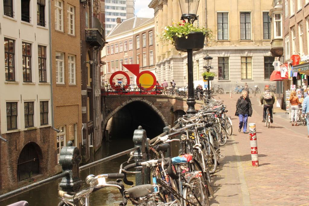 Nejen ze sedla kola vypadá Utrecht malebně, unikátním zážitkem je plavba po síti vodních kanálů.