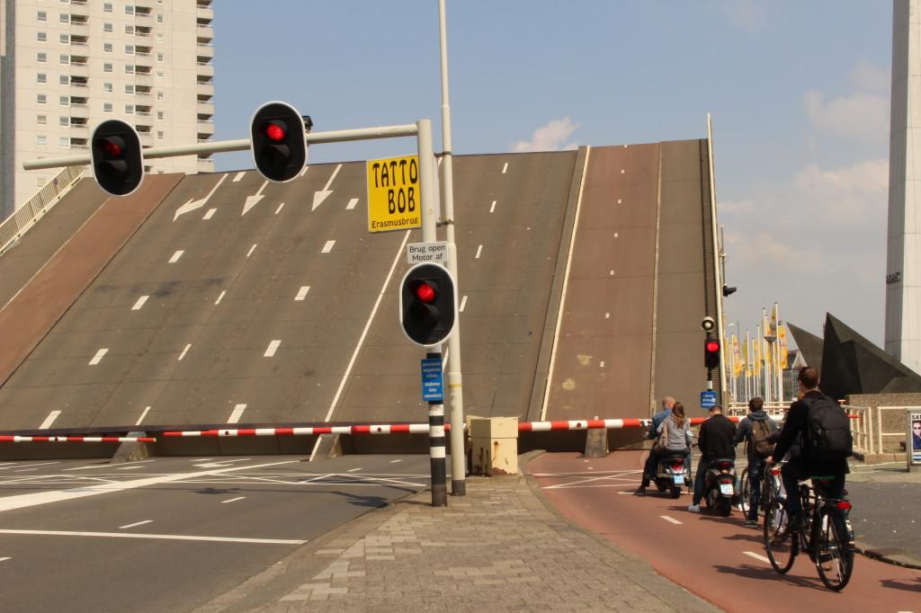 Zvedací most v Rotterdamu pěkně ilustruje charakteristiku Nizozemí jako země dopravy.
