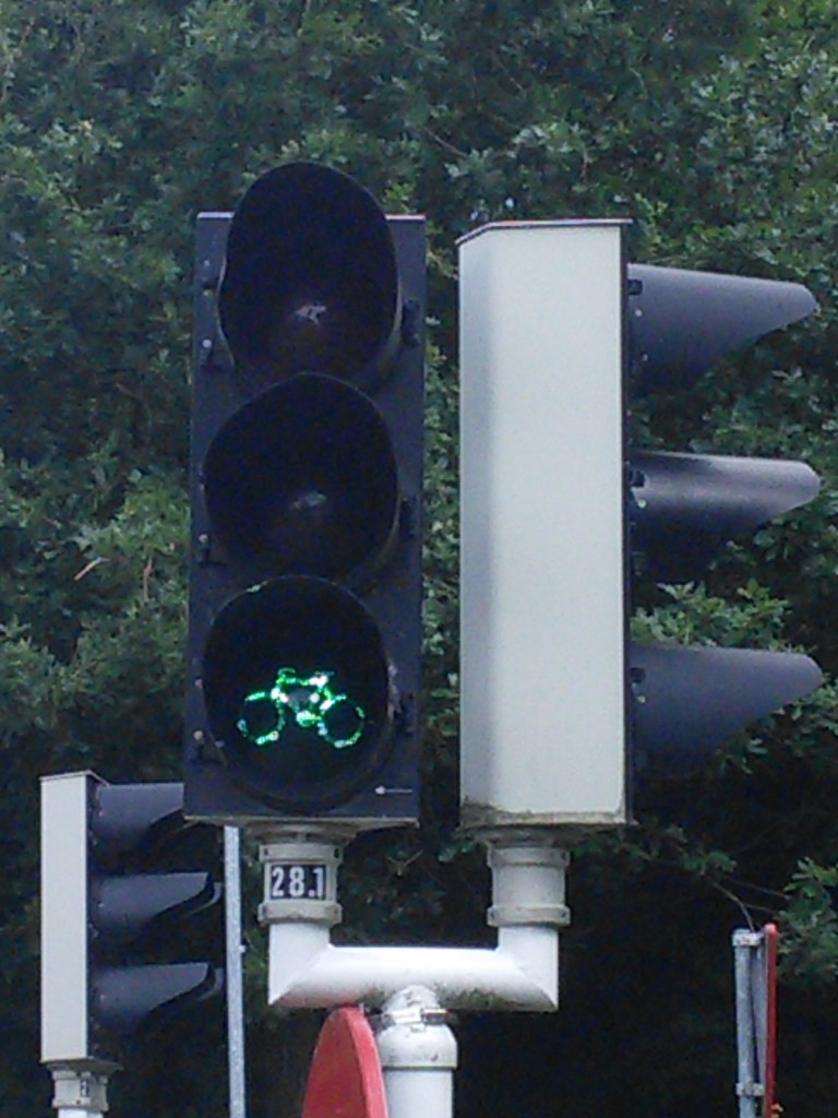 Zelená pro zdejší jezdce na kole znamená 'jeď'. Červená značí 'rozhlédni se a jeď'.